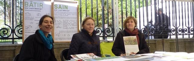Photo de Sabine Mounier, architecte DPLG, Régina Mathiszig, architecte et baubiologue, Béatrix Orbaiceta, architecte DPLG, et permanente de Bâtir Sain, sur le stand de Bâtir Sain, le samedi 5 avril 2014, à la Mairie du 3 è arrondissement de Paris.