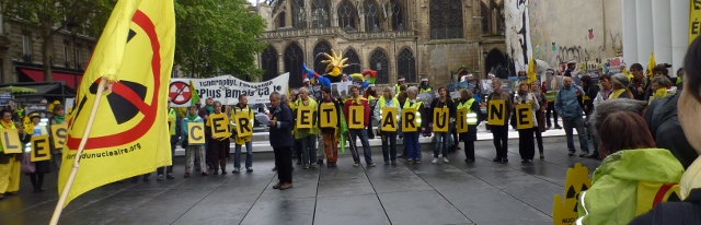 Photo des manifestants anti-nucléaires, le samedi 26 avril 2014, devant la fontaine Stravinsky et l'Eglise Saint Merri. Les manifestants portent chacun une lettre, formant les mots : le cancer et la ruine, anagramme de centrale nucléaire. Crédit photo B.Brochenin.