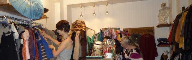 Photo de l'intérieur de la boutique la Toute Petite Rockette, où des clientes sont en train de chiner, crédit photo B.Brochenin