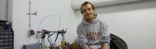 Photo de Martin Vert, technicien de maintenance, dans son atelier de la Petite Rockette, avec sa première imprimante 3D, crédit photo B.Brochenin