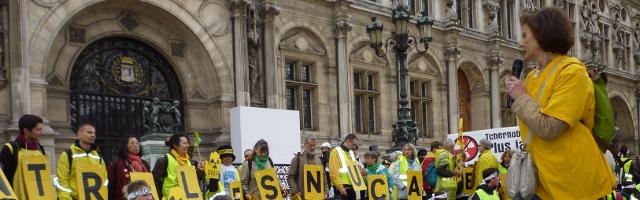 Photo de Simone Fest, Coordinatrice du Réseau Sortir du Nucléaire Paris, sur la place de l'Hôtel de Ville de Paris, le 26 avril 2014, jour de commémoration de l'accident nucléaire de Tchernobyl. Crédit photo B.Brochenin