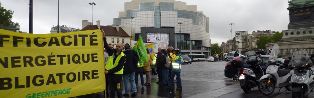 Photo du rassemblement des militants anti-nucléaires place de la Bastille à Paris, au début de la manifestation commémorative de l'accident de Tchernobyl, le 26 avril 2014 à 14h30.
