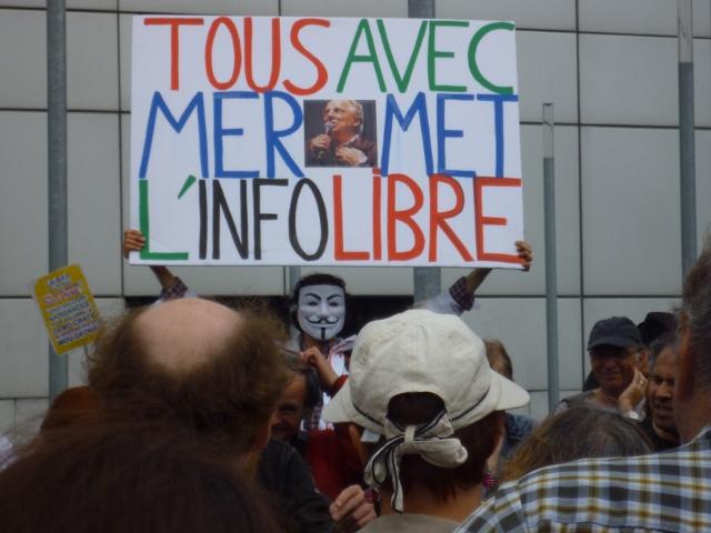 Grand panneau de Jean-Baptiste Reddé, et en petit, jaune, celui d'André Caron, à la manifestation de soutien à l'émission Là-bas si j'y suis le 5 juillet 2014, devant la Maison de la Radio, dans le 16è arrondissement parisien. Crédit photo Bérengère Brochenin