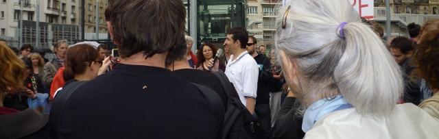 Christophe, au micro, lors de la manifestation de soutien à l'émission Là-bas si j'y suis, le 5 juillet 2014, devant la Maison de la Radio à Paris. Crédit photo B.Brochenin.