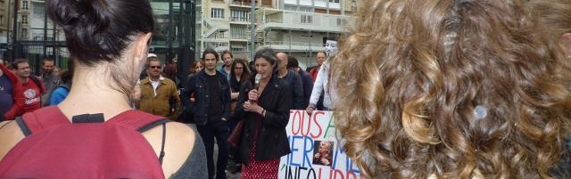 Françoise, au micro, lors de la manifestation de soutien à l'émission Là-bas si j'y suis, le 5 juillet 2014, devant la Maison de la Radio à Paris. Crédit photo B.Brochenin.