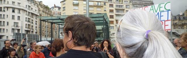 Samia, au micro, lors de la manifestation de soutien à l'émission Là-bas si j'y suis le 5 juillet 2014 devant la Maison de la Radio, à Paris.Crédit photo B.Brochenin.