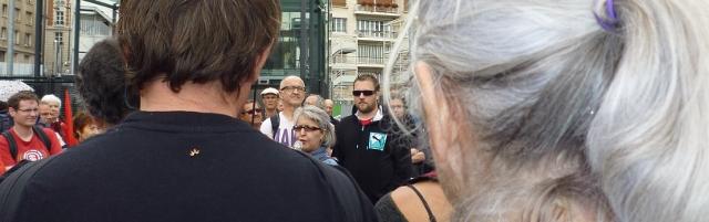 Au micro, une professeure de français d'origine marocaine, le 5 juillet 2014, lors de la manifestation de soutien à l'émission Là-bas si j'y suis, devant la Maison de la Radio, à Paris. <em>Crédit photo B.Brochenin</em>