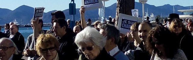 Des manifestants en bord de mer, le 11 janvier 2015, à Cannes