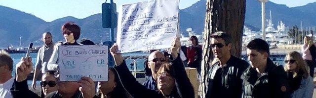 """La mer, deux panneaux : l'un : """"Je suis pour la démocratie, pour la liberté d'expression, tous ceux qui meurent chaque jour pour ces droits, etc, etc. Je suis Charlie. Je suis moi."""" L'autre :""""Je suis Charlie. Vive la démocratie."""", 11 janvier 2015, Cannes"""