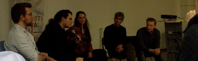 Les orateurs de la table ronde du 27 janvier 2015, à La Paillasse, bio-hacker space parisien. Dans l'ordre, de gauche à droite : Luc Jonveaux, ingénieur, porteur du projet Echopen, Lionel Maurel, juriste, blogueur (notamment SIlex), Blanche Magarinos-Rey, avocate de Kokopelli, Thierry Crouzet, blogueur, écrivain (notamment auteur du Geste qui Sauve), et, enfin, Jonathan Keller, juriste, défendeur des intérêts de La Paillasse. Crédit photo B.Brochenin