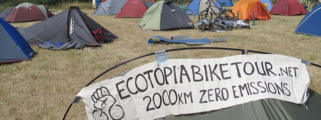 Banderole du Ecotopia Bike Tour au Camp Climat du Havre en 2010, source https://www.flickr.com/photos/campclimat