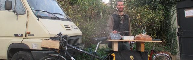 Paul Boulanger et sa boutique mobile. L'ardoise annonce : bio, levain, prix libre.